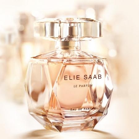 Le couturier Elie Saab crée des drapés en parfumerie...