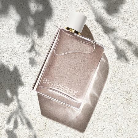 Le parfum Burberry Her Blossom dans le sable