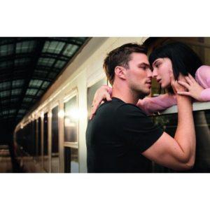 Deux égéries de la publicité « Together Stronger » d'Emporio Armani, avec Alice Pagani et Nicholas Hoult